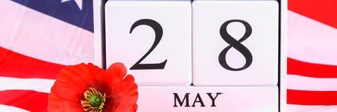 Concetto di U.S.A. Memorial Day con il calendario ed il papavero rosso di ricordo sulla bandiera americana di stelle e strisce ba Immagine Stock