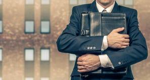 Concetto di un uomo d'affari sollecitato sotto pressione Timore di perdita del posto di lavoro fotografie stock