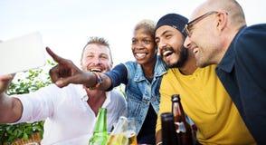 Concetto di unità della foto di Selfie degli amici di diversità immagine stock