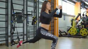 concetto di uno stile di vita sano Giovane donna di addestramento nella palestra stock footage