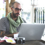 Concetto di Upload Connection Laptop del fotografo dell'uomo immagine stock