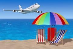 Concetto di vacanza Aeroplano che vola alle sedie di spiaggia con l'ombrello Fotografie Stock