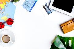 Concetto di vacanza con l'attrezzatura del viaggiatore sullo spazio bianco di vista superiore del fondo per testo Fotografia Stock Libera da Diritti