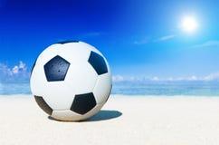 Concetto di vacanza di sport di estate della spiaggia di calcio Fotografie Stock