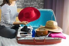 Concetto di vacanza e di viaggio, giovane donna di felicità che imballa molto immagini stock libere da diritti