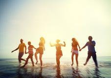 Concetto di vacanza estiva della spiaggia di libertà di amicizia Fotografia Stock