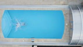 Concetto di vacanza Giovane felice alla piscina stock footage