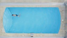 Concetto di vacanza Giovane felice alla piscina archivi video