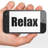 Concetto di vacanza: La mano che tiene Smartphone con si rilassa su esposizione Fotografie Stock