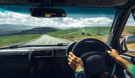 Concetto di vacanza di smania dei viaggi di viaggio di automobile di libertà Azionamento del viaggiatore delle mani dell'uomo l'a fotografie stock libere da diritti