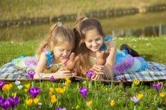 Concetto di vacanze di Pasqua Bambini con il coniglietto del cioccolato di Pasqua immagini stock libere da diritti