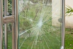 Concetto di vandalismo, vetro nocivo del riparo della fermata dell'autobus Problemi sociali fotografia stock