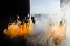 Concetto di Vape Nuvole di fumo e bottiglie liquide del vape sulla finestra con luce solare su fondo Effetti della luce Utile com Immagini Stock Libere da Diritti