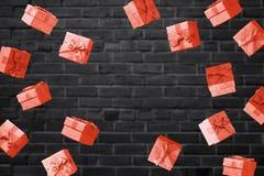 Concetto di vendita di Black Friday con i contenitori di regalo rossi immagini stock