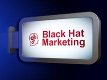 Concetto di vendita: Vendita black hat e testa con gli ingranaggi sul fondo del tabellone per le affissioni Fotografie Stock