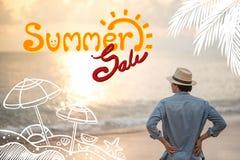 Concetto di vendita di estate Uomo che si distende sulla spiaggia fotografie stock libere da diritti