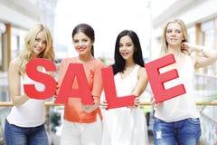 Concetto di vendita - mano con la lente d'ingrandimento immagine stock