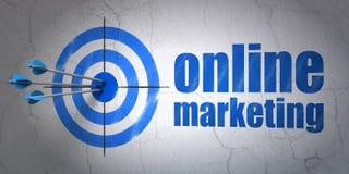 Concetto di vendita: obiettivo e vendita online sul fondo della parete Immagini Stock