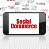 Concetto di vendita: Smartphone con il commercio sociale su esposizione Fotografie Stock Libere da Diritti