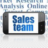 Concetto di vendita: Smartphone con il gruppo di vendite su esposizione Fotografie Stock Libere da Diritti