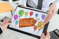 Concetto di vendita su una lavagna per appunti Fotografia Stock