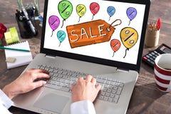 Concetto di vendita su uno schermo del computer portatile Fotografia Stock