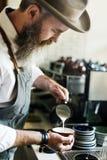 Concetto di versamento del Latte di Coffee Cafe Cup di barista del grembiule immagine stock