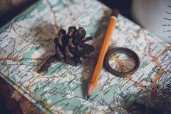 Concetto di viaggio, chiave degli oggetti di natura morta, rotolo di carta, segno domestico, lente, bussola e chiave sul vecchio  immagini stock