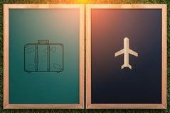 Concetto di viaggio con il disegno della valigia e dell'aeroplano sul chalkboa Immagini Stock Libere da Diritti