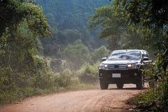 Concetto di viaggio con l'automobile del camioncino contro la foresta e le montagne fotografie stock libere da diritti