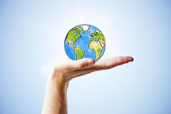 Concetto di viaggio con la mano dell'uomo e la terra rotonda Immagini Stock Libere da Diritti