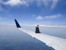 Concetto di viaggio d'affari, uomo d'affari Flying su Jet Plane Wing, viaggio Fotografia Stock Libera da Diritti