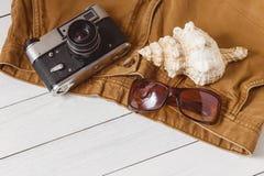 Concetto di viaggio del fondo dell'attrezzatura della roba di fine settimana di lunghezza di festa degli accessori di vacanza deg Immagini Stock