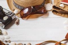 Concetto di viaggio del fondo dell'attrezzatura della roba di fine settimana di lunghezza di festa degli accessori di vacanza deg Immagini Stock Libere da Diritti
