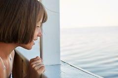 Concetto di viaggio del mare Bambina con capelli ballonzolati che hanno viaggio del mare sulla nave, guardando dalla piattaforma, immagini stock