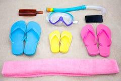Concetto di viaggio della famiglia - accessori della spiaggia di estate sulla sabbia Immagine Stock