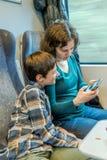 Concetto di viaggio della madre e del figlio sul viaggio in treno Immagine Stock