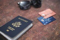 Concetto di viaggio delle carte di credito e degli occhiali da sole del passaporto Immagine Stock