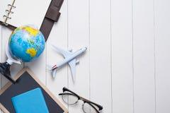 Concetto di viaggio di affari Aeroplano e taccuino aperto dello spazio in bianco per il vostro Fotografie Stock