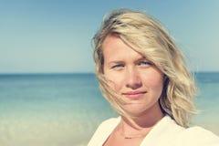 Concetto di viaggio di luce solare di estate della spiaggia della donna immagini stock