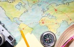 Concetto di viaggio di viaggio sul fondo dell'estratto della mappa Fotografia Stock
