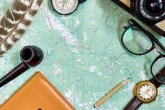 Concetto di viaggio e di smania dei viaggi, disposizione del piano dei pantaloni a vita bassa passaporto co della mappa Fotografia Stock