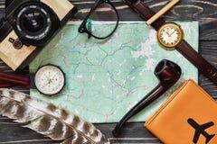 Concetto di viaggio e di smania dei viaggi, disposizione del piano dei pantaloni a vita bassa passaporto co della mappa Immagine Stock Libera da Diritti