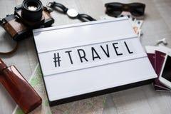 Concetto di viaggio - fine su degli oggetti di viaggio su fondo di legno immagini stock libere da diritti
