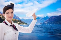 Concetto di viaggio - hostess con l'aereo di carta sopra il lago ed il supporto Immagine Stock Libera da Diritti