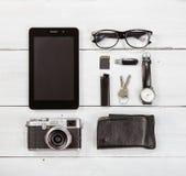 Concetto di viaggio - insieme della macchina fotografica, del PC della compressa e di altro stuf di viaggio Immagine Stock