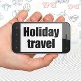 Concetto di viaggio: Mano che tiene Smartphone con il viaggio di festa su esposizione Fotografia Stock Libera da Diritti