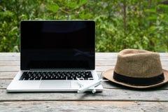 Concetto di viaggio di tecnologia del computer portatile di vacanza di festa di viaggio, concetto di pianificazione di viaggio fotografie stock libere da diritti