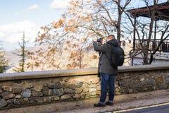 Concetto di viaggio, di vacanza, del fotografo e dell'autostoppista - l'uomo del viaggiatore ha fotografato la città Fotografia Stock Libera da Diritti