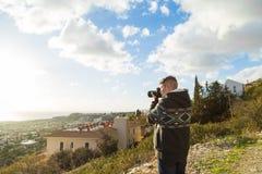 Concetto di viaggio, di vacanza, del fotografo e dell'autostoppista - l'uomo del viaggiatore ha fotografato la natura Fotografia Stock Libera da Diritti